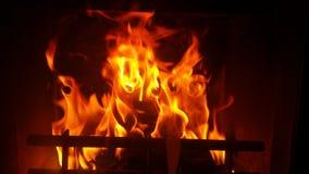 从壁炉的火焰在黑暗 库存照片