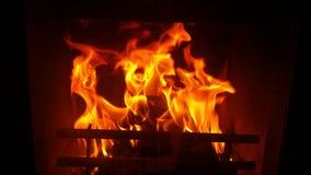 从壁炉的火焰在黑暗 免版税库存照片