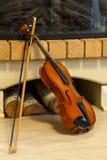 壁炉老小提琴 免版税库存图片