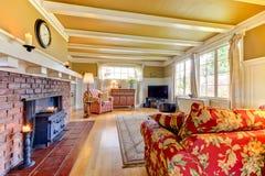 壁炉金黄生存红色空间沙发 免版税图库摄影
