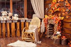 壁炉从日志、晃动椅子和毛皮收集了在roo 免版税库存照片