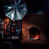 壁炉rastoplenny在房子里 免版税库存照片