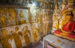 壁画和思考的菩萨雕象的修士在14世纪佛教寺庙里面 免版税库存图片