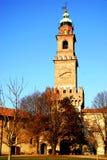 壁角塔和钟楼在维杰瓦诺城堡的庭院里在帕尔瓦附近的在伦巴第(意大利) 免版税库存照片