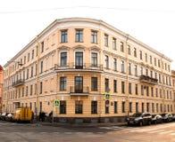 壁角房子,沙子颜色 五个地板 在城市的江边 免版税库存图片