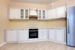 壁角明亮的厨房和冰箱 库存照片