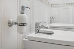 壁角阵雨净身盆的洗手间和细节与肥皂和香波分配器的在墙壁登上阵雨附件 库存图片