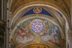 壁画和污迹玻璃窗在卢卡大教堂内部  Cattedrale di圣马蒂诺 托斯卡纳 意大利 免版税库存图片