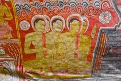 壁画和菩萨雕象在Dambulla洞金黄寺庙 免版税库存图片