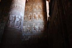 壁画在Hathor寺庙的次附尖大厅里在Dendera的 库存图片