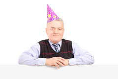 绅士佩带的党帽子和摆在盘区之后 库存图片