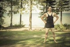 绅士在1920's拿着手提箱的时代泳装穿戴了  免版税图库摄影