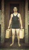 绅士在1920's拿着手提箱的时代泳装穿戴了  库存图片