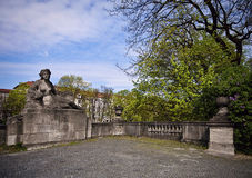 士瓦本向在Luitpold桥梁,慕尼黑的雕象扔石头 库存图片