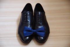 绅士辅助部件 鞋子和蝶形领结 库存图片