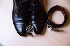 绅士辅助部件 鞋子,传送带,手表 图库摄影