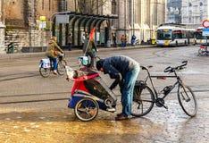 绅士 骑自行车者 图库摄影