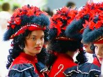 壮丽的场面的少妇五颜六色的化妆舞会 免版税图库摄影