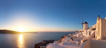 壮丽落日在圣托里尼海岛,希腊上的Oia村庄 库存图片