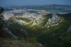 壮观的五颜六色的山在秋天 免版税图库摄影