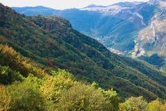 壮观的五颜六色的山在秋天 库存照片