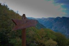 壮观的五颜六色的山在秋天 免版税库存照片
