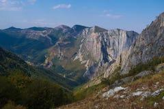 壮观的五颜六色的山早晨在秋天 免版税库存图片