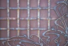 壮观的加工铁门,装饰锻件,伪造的元素特写镜头 免版税库存图片