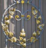 壮观的加工铁门,装饰锻件,伪造的元素特写镜头 库存照片