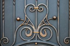 壮观的加工铁门,装饰锻件,伪造的eleme 免版税库存照片