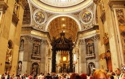 壮观的圣皮特圣徒・彼得` s大教堂内部梵蒂冈 免版税图库摄影