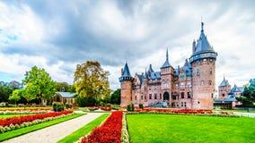 壮观的城堡美丽的被修剪的庭院包围的德哈尔 库存照片