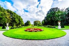 壮观的城堡美丽的被修剪的庭院包围的德哈尔 免版税库存照片