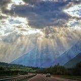壮观的太阳发出光线在路在法国阿尔卑斯 库存图片
