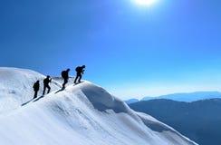 壮观的山和登山人登山人小组 免版税库存照片