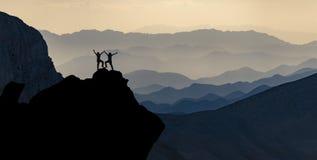壮观的山脉和成功的登山家冒险  免版税库存照片