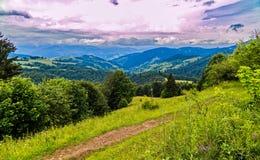 壮观的山风景漂浮在距离的一朵小道路和不尽的云彩 库存图片