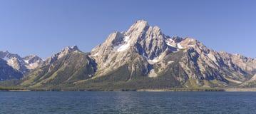 壮观的峰顶在一个晴天 免版税图库摄影