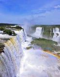 壮观的彩虹在薄雾发光 免版税库存照片