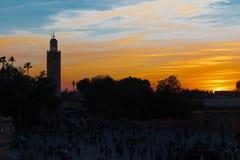 壮观的日落在著名Jemaa El Fna广场在摩洛哥 免版税库存照片