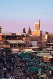 壮观的日落在著名Jemaa El Fna广场在马拉喀什摩洛哥 免版税库存图片
