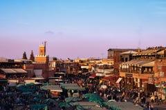 壮观的日落在著名Jemaa El Fna广场在马拉喀什摩洛哥 免版税库存照片