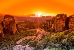 壮观的日落在迈泰奥拉修道院里 免版税库存照片
