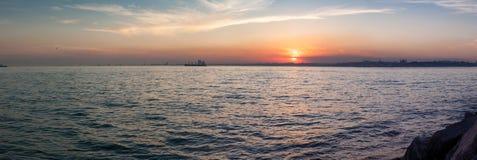 壮观的日落的美好的全景视图在博斯普鲁斯海峡 伊斯坦布尔,土耳其 库存照片
