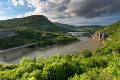 壮观的春天日落 岩石现象美妙的岩石保加利亚的全景 免版税库存图片