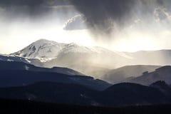 壮观的有雾的喀尔巴阡山脉激动人心的景色, cov 免版税库存照片