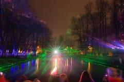 壮观的水和感觉多彩多姿的光和激光展示森林与喷泉元素的 库存图片