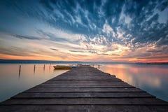 壮观的湖日落 免版税库存图片