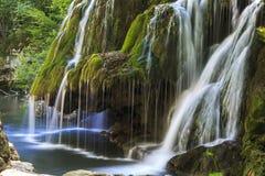 壮观的瀑布在夏天 库存照片