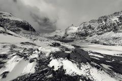 壮观的积雪的岩石在一个晴天 美丽的域前景横向挪威草莓 海岛lofoten 黑白的照片 免版税库存图片